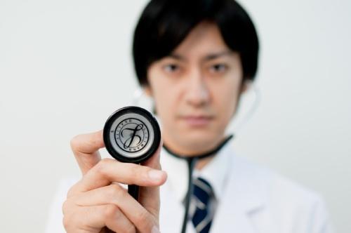 聴診器を構える医師